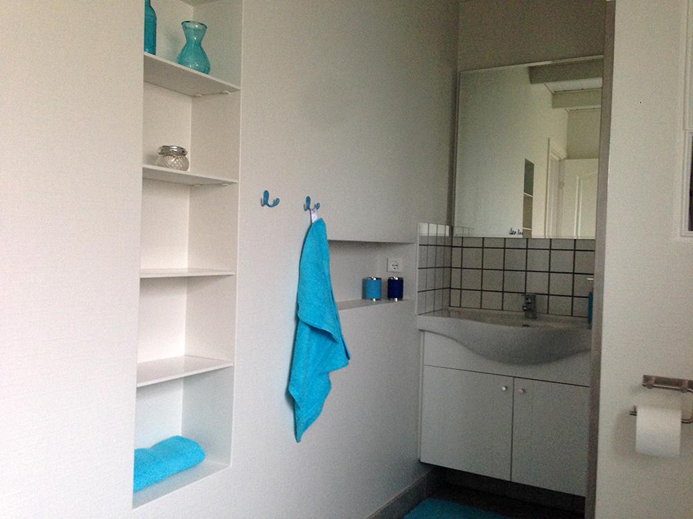 Ferielejlighedens badeværelse.