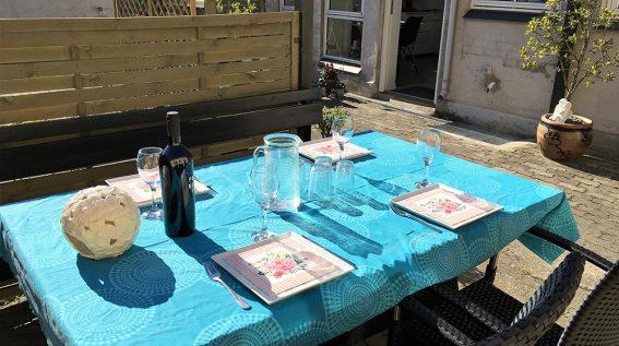 Udendørs spiseplads på gårdterrasse.